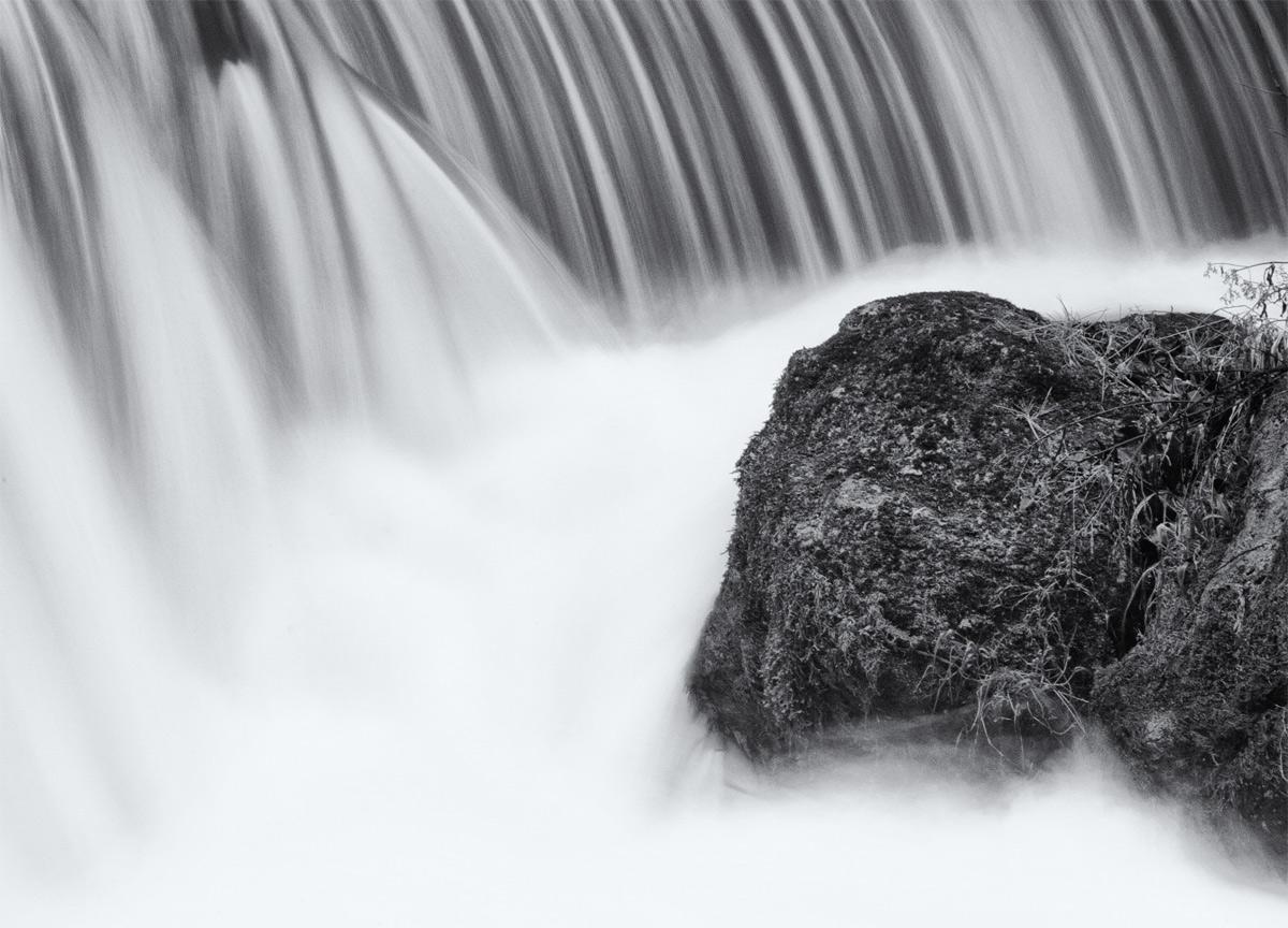 Eisbach - stimmungsvoll in Schwarz-Weiß